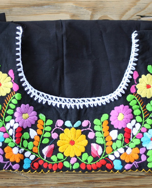 Tienda Elena - Blouse mexicaine noire - Tehuacan brodée - noir et muticolore - manches droites - artisanat mexicain - Fait main - hecho en Mexico - style bohème chic - hippie