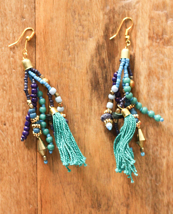 Tienda Elena - boucles puebla - 1 - bijou ethnique - navajo - perles de rocaille bleues dorées - pompon - vintage - hippie chic