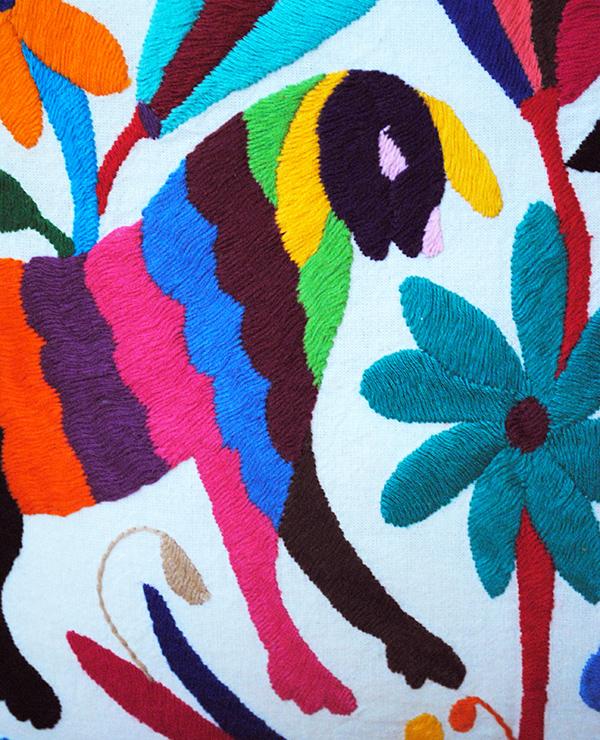 Tienda Elena - Housse Otomi brodée - animaux-imaginaires - 2 - fait main - colorée - Hecho en Mexico - artisanat et créateurs mexicains - Mexique - décoration intérieure - blog - broderie otomi
