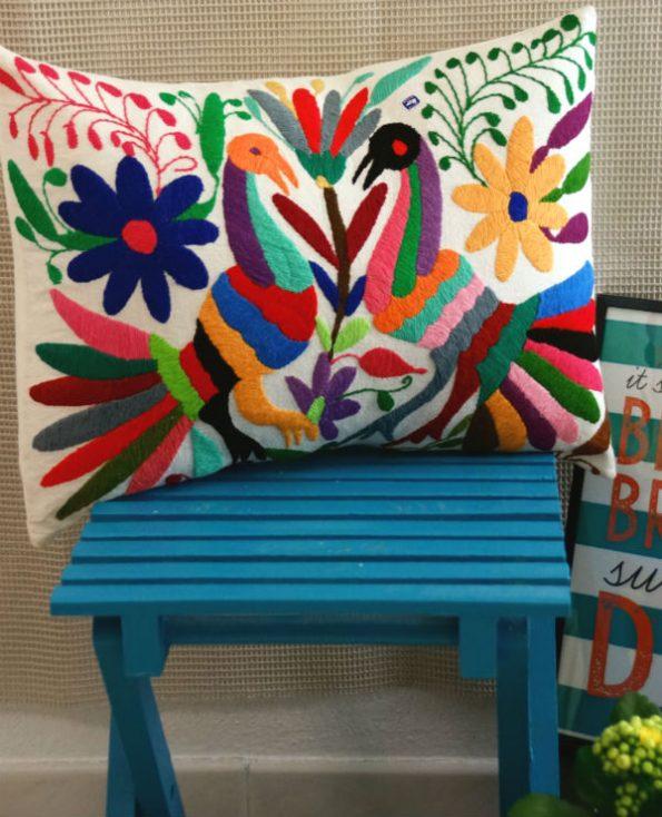 Housse leon - Tienda Elena - 1 - Housse Otomi brodée - fait main - colorée - Hecho en Mexico - artisanat et créateurs mexicains - Mexique - décoration intérieure